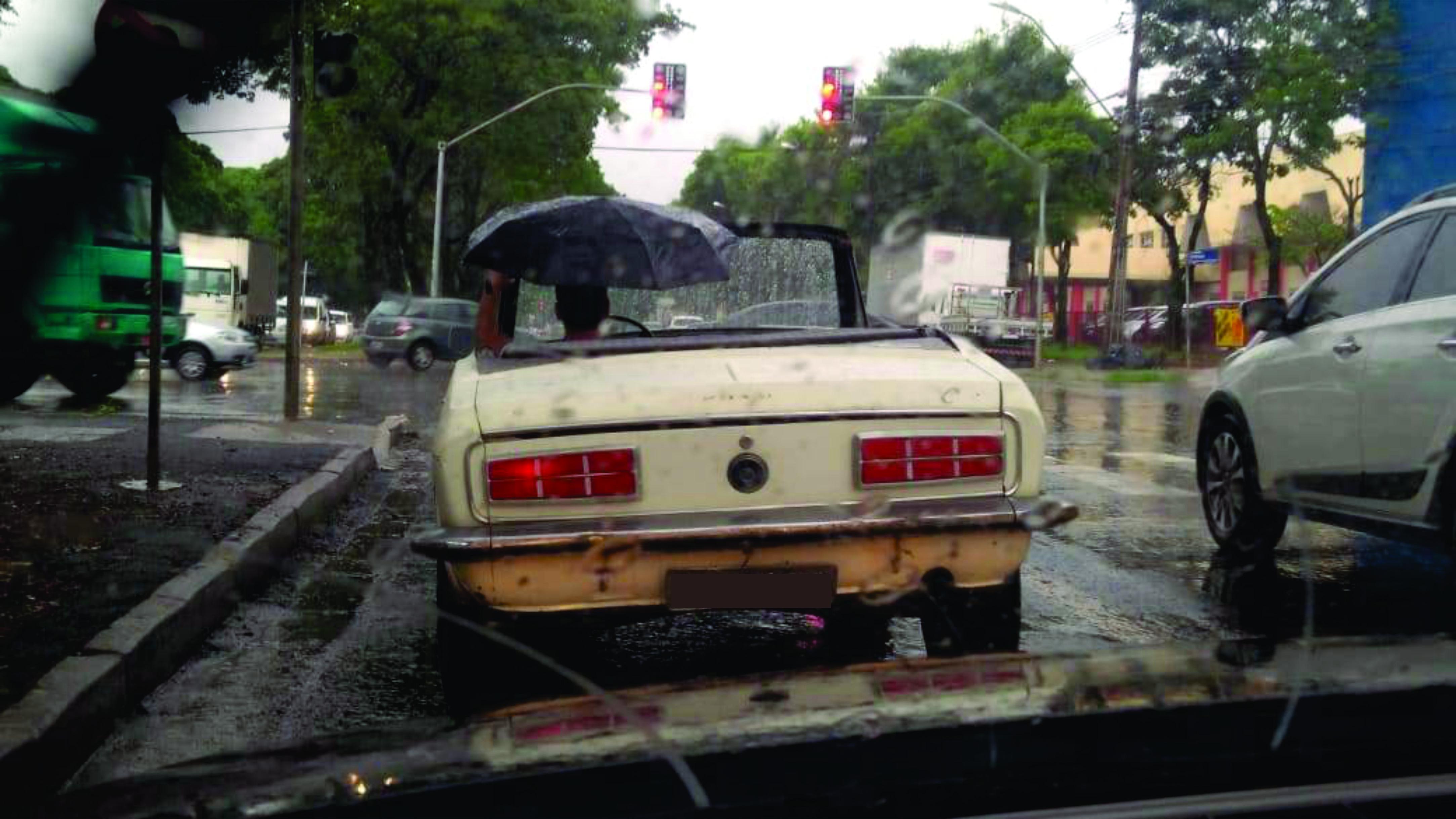 Corcel conversível na chuva chama atenção em Maringá