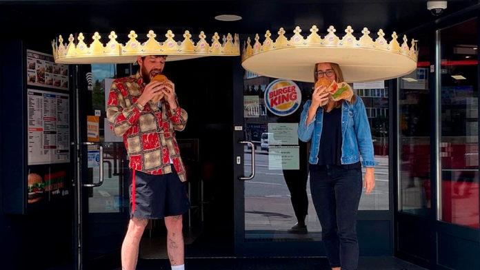 Coroa do Burger King vira 'chapéu do distanciamento'