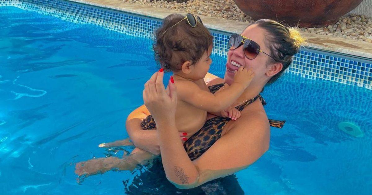 Tal mãe, tal filho! Marília Mendonça e Léo usam animal print na piscina e encantam Murilo Huff