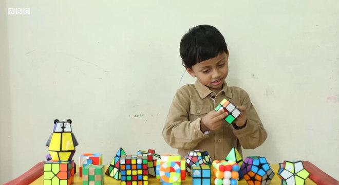 O menino de 4 anos que resolve cubos mágicos de olhos fechados
