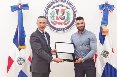 Gusttavo Lima recebe homenagem da embaixada dominicana