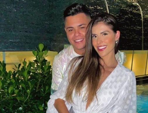 Felipe Araújo comemora 1º aniversário de namoro com Estella Defant: 'Feliz com você'