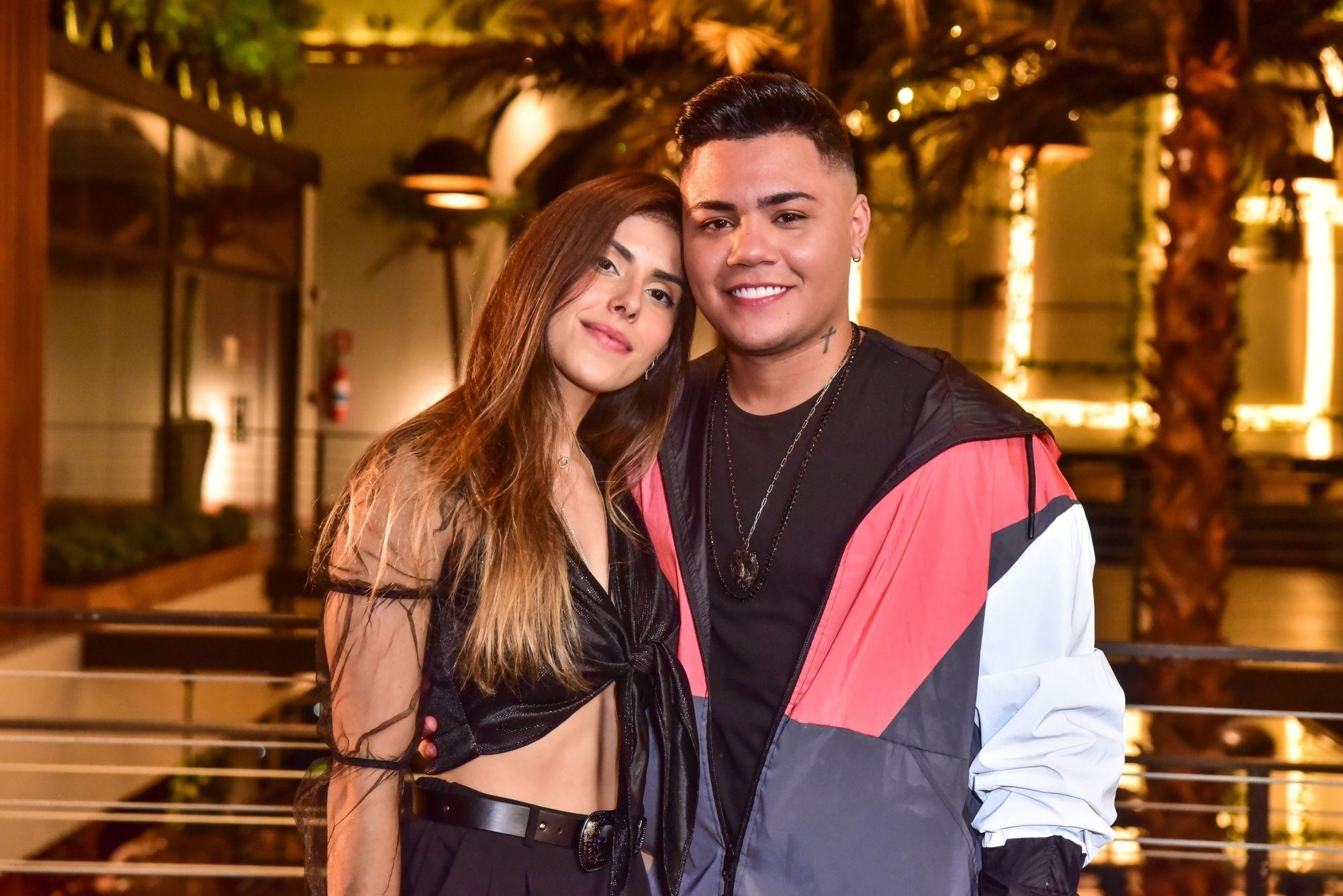 Felipe Araújo termina namoro com modelo Estella Defant