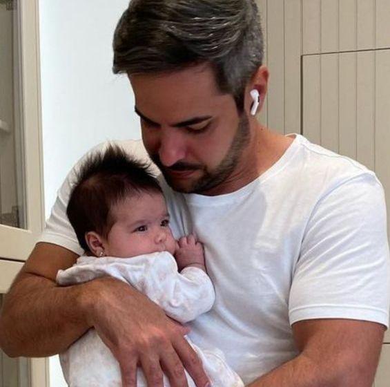 Marido de Simone se encanta por semelhança entre cantora e a filha, Zaya