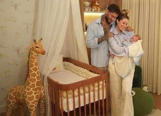 Lucas Lucco e Lorena Carvalho mostram decoração do quarto do 1º filho
